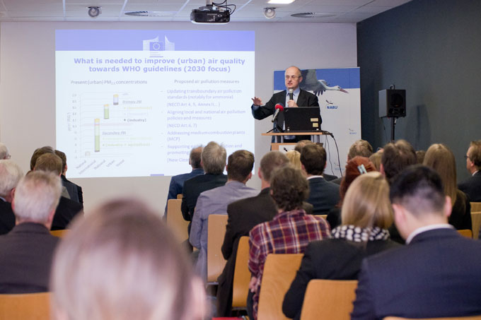 "EU Commissioner Guido de Wilt during his presentation at ""Greening Ports"" - Photo: Thomas Dröse"